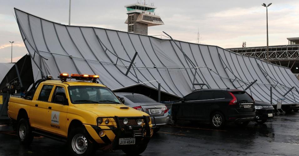 1°.out.2014 - Estrutura metálica cai e danifica carros após uma forte chuva atingir a região do Aeroporto Internacional Juscelino Kubitschek, em Brasília. O aeroporto chegou a ficar fechado na tarde desta quarta por mau tempo