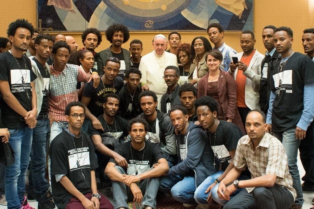1º.out.2014 - O papa Francisco se encontrou no Vaticano, nesta quarta-feira (1º), com imigrantes africanos que sobreviveram a um naufrágio em Lampedusa, na Itália. Trezentas pessoas morreram quando o barco afundou há um ano