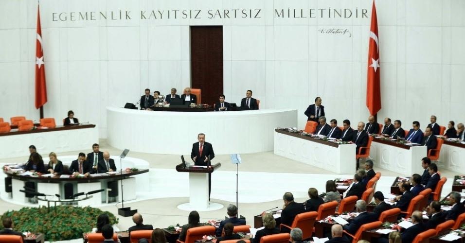 1º.out.2014 - Presidente da Turquia, Recep Tayyip Erdogan (ao centro) aborda o Parlamento turco durante um debate em Ancara, na Turquia, nesta quarta-feira (1º). O governo turco pediu ao parlamento que autoriza-se uma ação militar no Iraque e na Síria para deter o avança do grupo Estado Islâmico (EI). O Parmlamento discutirá até amanhã se o país pode enviar tropas para a Síria e para o Iraque e permitir que soldados estrangeiros utilizem suas bases para incursões contra militantes do Estado Islâmico