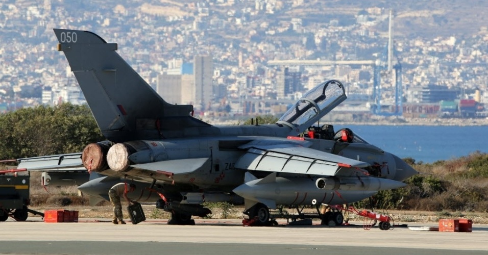 1º.out.2014 - Um avião britânico estaciona na base aérea de Akrotiri, no Chipre, nesta quarta-feira (1º). Os aviões de combate da Inglaterra estão com missões para disparar contra militantes do grupo Estado Islâmico (EI). Nesta quarta, pelo menos 52 integrantes do EI e sete milicianos tribais morreram em confrontos com policiais e bombardeios aéreos na província de Saladino, ao norte de Bagdá, a capital do Iraque, informaram fontes de segurança para a Agência Efe