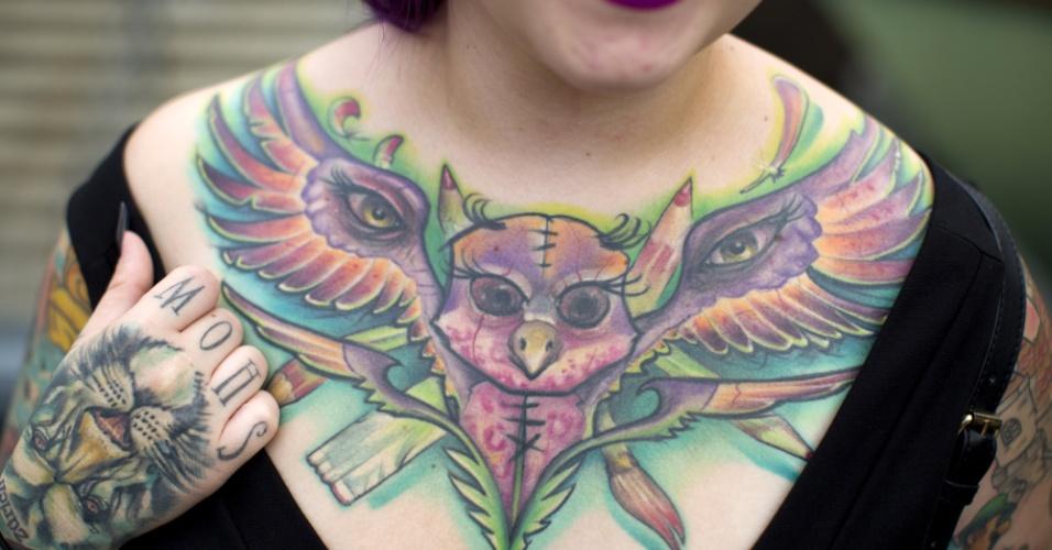 28.set.2014 - Mulher exibe tatuagem de morcego no colo durante a Convenção de Tatuagem em Londres