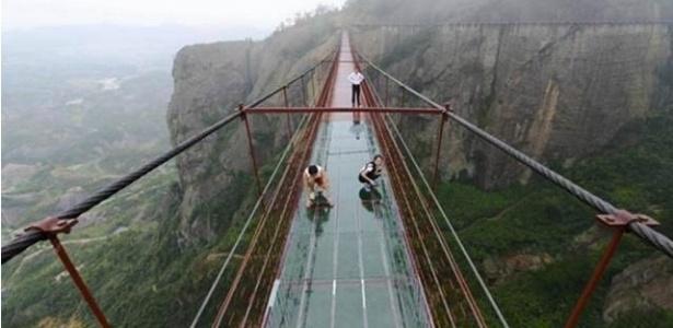 Ponte de vidro construída na China tem 300 metros e está a 180 metros de altura