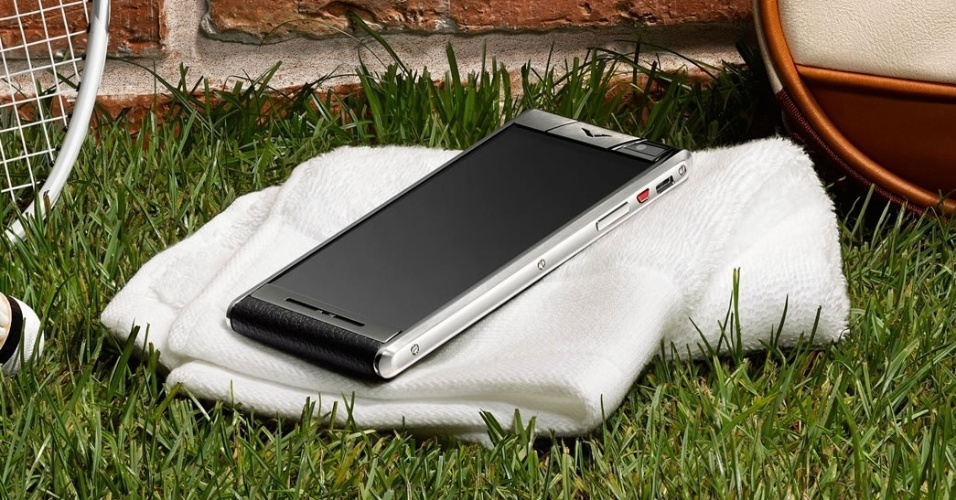 2.out.2014 - A Vertu lançou nesta quinta-feira o smartphone Aster. O aparelho, voltado para usuários ricos, custa entre US$ 6.800 e US$ 9.500 -- os preços dependem do material do corpo do dispositivo (pele de carneiro ou de avestruz). O celular inteligente tem processador quad-core de 2,3 GHz, 64 GB de armazenamento, sistema Android KitKat, duas câmeras (uma de 13 megapixels na traseira e uma de 2,1 megapixels na frente) e compatibilidade com 4G em todas as frequências disponíveis no mercado