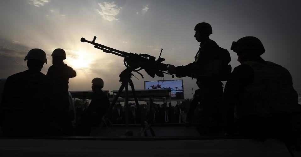 2.out.2014 - Combatentes xiitas iraquianos de Tal Afar, leais ao aiatolá Ali al-Sistani, participam de um desfile na cidade de Karbala, no centro do Iraque. O grupo faz parte da ofensiva contra os jihadistas do Estado Islâmico, grupo que invadiu grande parte sunita do país em junho