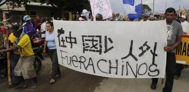 """3.out.2014 - Ativistas carregam uma faixa que diz """"Fora chineses"""" durante um protesto contra o projeto de construção de um canal no município de San Jorge, na Nicarágua. Cerca de 500 agricultores da Nicarágua terão que deixar as suas casas para a construção"""