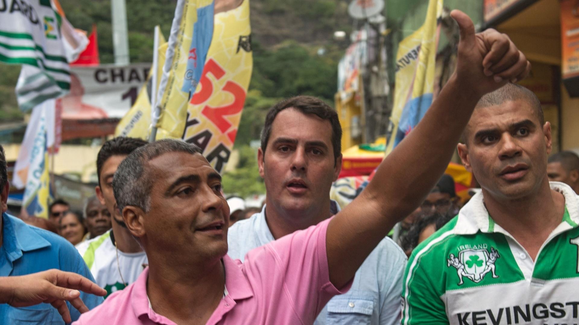 3.out.2014 - O candidato ao Senado pelo Rio, Romário (PSB) faz aparição na favela da Rocinha, no Rio de Janeiro