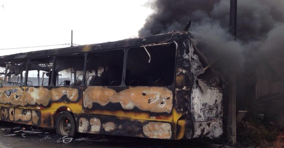 Um ônibus foi incendiado na tarde desta sexta-feira na rua Dilson Funaro, em Joinville (SC). Dois homens teriam entrado no ônibus e mandado o motorista e os passageiros descerem. Em seguida, eles atearam fogo ao veículo. O fogo se alastrou e ameaçou casas vizinhas. A Polícia Militar está em busca dos suspeitos