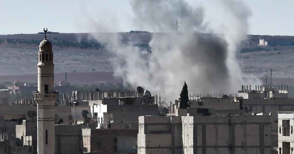 5.out.2014 - Fumaça sobe da cidade síria de Ain al-Arab, conhecido como Kobane pelos curdos, vista a partir da fronteira turco-síria, na cidade turca de Suruc, neste domingo (5). As autoridades turcas alertaram neste sábado o Estado Islâmico que não hesitarão em atacar jihadistas caso ameacem as tropas turcas alocadas no exclave turco em terreno sírio