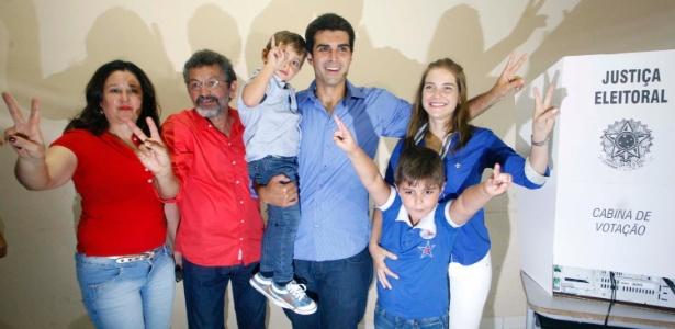Paulo Rocha (de vermelho) foi eleito senador pelo Pará com 46,3% dos votos