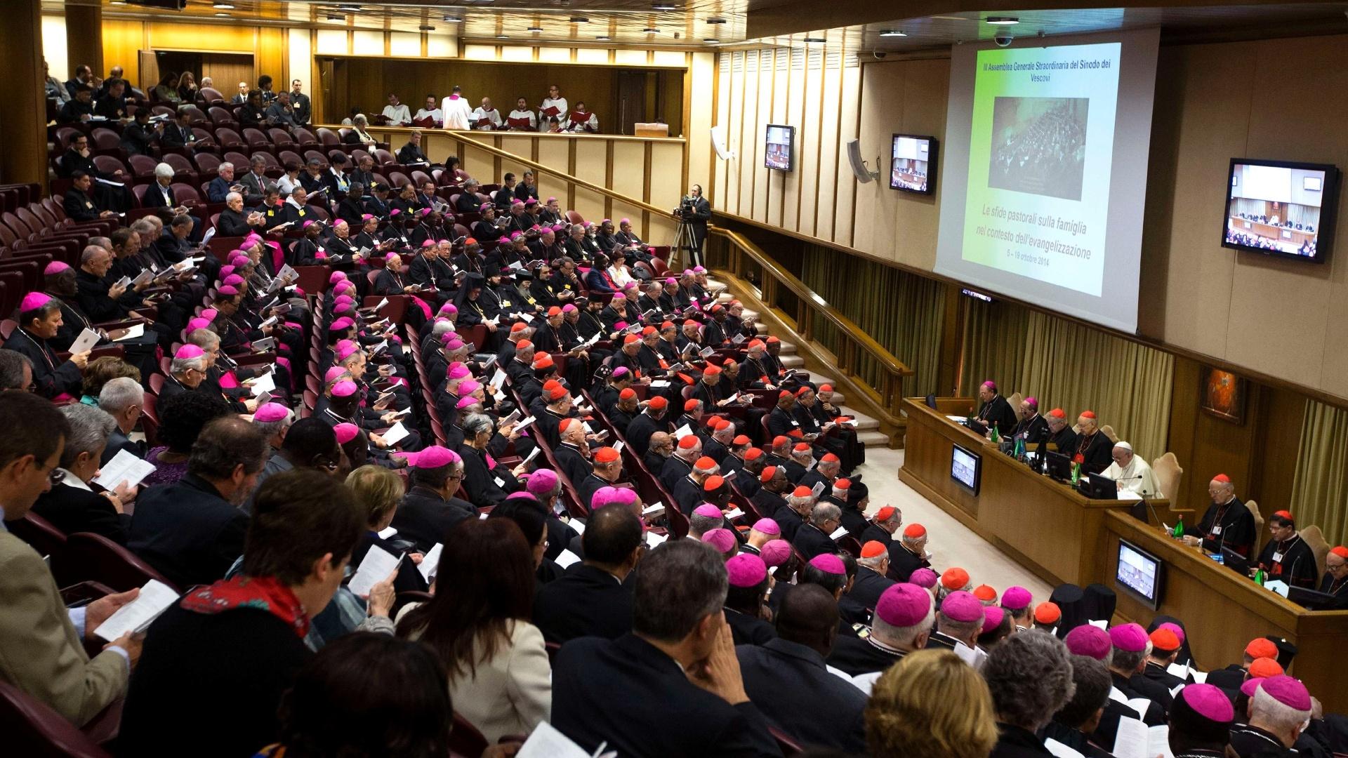6.out.2014 - Papa Francisco conduz o Sínodo dos Bispos no salão Paulo 6º, no Vaticano. O papa abriu a assembleia no domingo criticando disputas públicas entre líderes da Igreja progressistas e conservadores sobre questões familiares