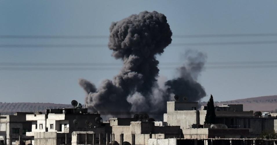 7.out.2014 - Fumaça toma conta do céu da cidade síria de Kobani após ataques aéreos nesta terça-feira (7). Ao menos 400 pessoas foram mortas durante três semanas de confrontos entre o Estado Islâmico e combatentes curdos dentro e ao redor da cidade síria de Kobani, perto da fronteira com a Turquia, disse um grupo de monitoramento nesta terça-feira