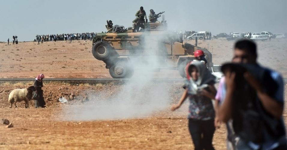 7.out.2014 - Povo curdo foge de gás lacrimogêneo durante manifestação para questionar as condições dos moradores de Kobani, cidade próxima da fronteira entre a Síria e Turquia, nesta terça-feira (7). Combatentes do grupo Estado Islâmico (EI) avançaram para o sudoeste da cidade curda durante a noite, afirmou nessa terça a ONG Observatóroio Sírio de Direitos Humanos, que está monitorando o conflito. A perspectiva de que Kobani caia em mãos dos militantes que a cercam há três semanas aumentou a pressão sobre a Turquia para se juntar a uma coalizão internacional liderada pelos EUA que combate o EI
