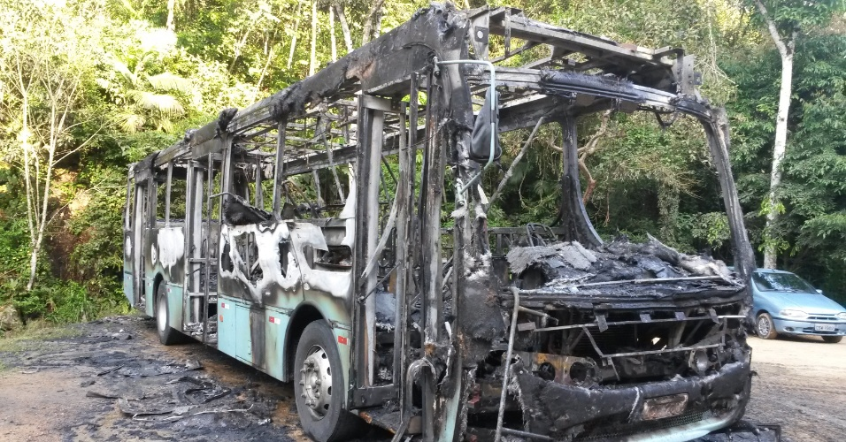 7.out.2014 - Um ônibus do transporte coletivo de Blumenau (SC) foi incendiado na manhã desta terça-feira (7). De acordo com a Polícia Militar a ação foi comandada por dois homens