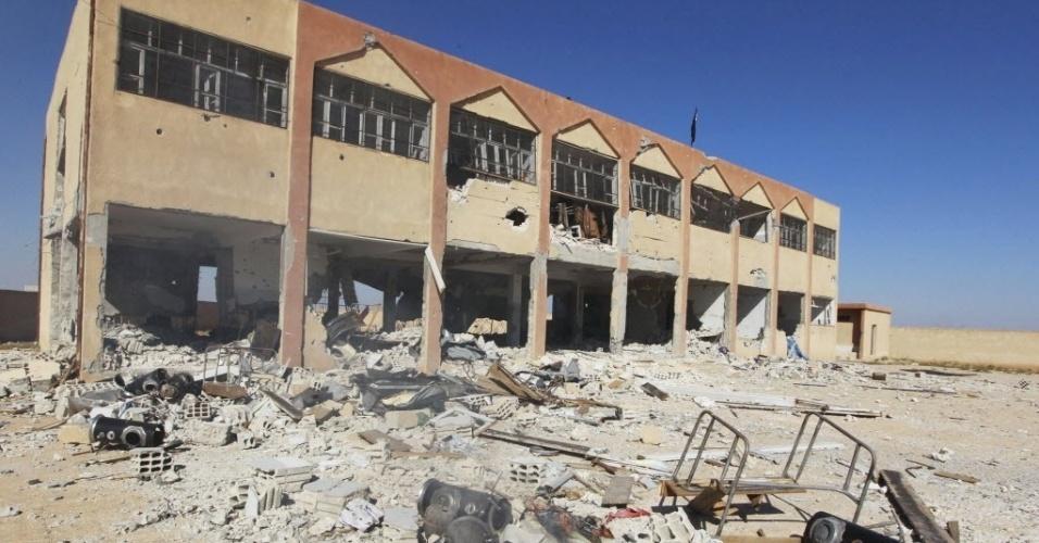 8.out.2014 - Um prédio de uma escola, que estava sendo usado como base por combatentes curdos, foi tomado pelo grupo do Estado Islâmico nesta terça-feira (7), na aldeia de al-Aziza, na cidade síria de Kobani. A coalizão internacional liderada pelos Estados Unidos voltou a bombardear os jihadistas do grupo Estado Islâmico (EI) que cercam a cidade de Kobane, a terceira maior localidade curda da Síria, próxima da fronteira com a Turquia