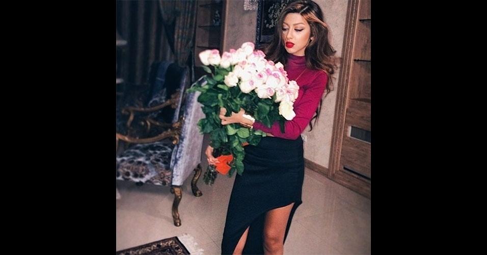 """A conta no Instagram """"Rich kids of Tehran"""" (http://instagram.com/richkidsoftehran) mostra o dia a dia dos jovens endinheirados de Teerã, capital do Irã. É comum ver imagens de mulheres sem véu (o que pode ser considerado uma ofensa no país), carros de luxo e casas chiques. Tuiteiros do país dizem não conseguir acessar mais o perfil. No lugar, aparece uma mensagem dizendo que a conta mostrava imagens vulgares"""