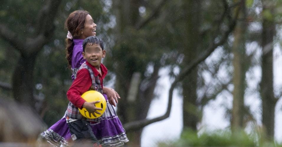9.out.2014 - Crianças refugiadas sírias brincam após sua chegada em uma acomodação temporária em Montevidéu, no Uruguai, nesta quinta-feira (9). Após uma jornada de dois dias e mais de 12 mil km, 42 refugiados sírios, a maioria crianças, chegaram ao Uruguai na primeira fase de um plano sem precedentes de reassentamento promovido pelo presidente do Uruguai, José Mujica