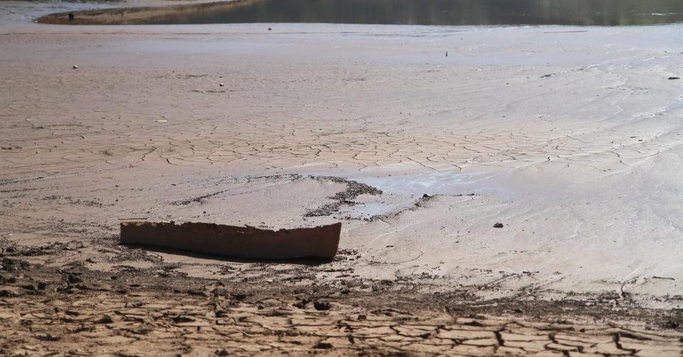 9.out.2014 - Estiagem afeta a represa do Atibainha em Nazaré Paulista, no interior de São Paulo, onde o nível atingiu menos de 1,5% de sua capacidade total. A represa faz parte do sistema Cantareira que atingiu o nível  de 5,3%, o menor de sua história, nesta quinta-feira (9)