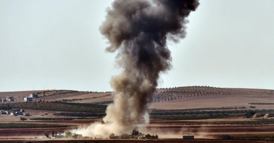 9.out.2014 - Fumaça toma conta do céu da cidade síria de Kobani, que fica próxima a fronteira entre a Síria e a Turquia, após ataques aéreos nesta quinta-feira (9). Os combatentes do grupo Estado Islâmico (EI) se apoderaram de mais de um terço da cidade fronteiriça, apesar de ataques aéreos liderados pelos Estados Unidos contra suas bases dentro e no entorno da área, majoritariamente curda, de acordo com grupo de monitoramento do conflito