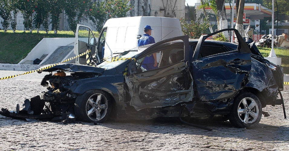 9.out.2014 - Uma vítima de sequestro relâmpago morreu no porta-malas de seu carro após um acidente no quilômetro 15 da rodovia Anhanguera, em São Paulo, na noite de quarta-feira (8). Três homens abordaram a vítima em Osasco e foram até a ponte do Jaguaré, onde policiais suspeitaram da movimentação. Os criminosos atiraram contra o carro dos policiais dando início a perseguição. Eles seguiram em alta velocidade pela marginal Tietê até a rodovia Anhanguera onde perderam o controle do veículo