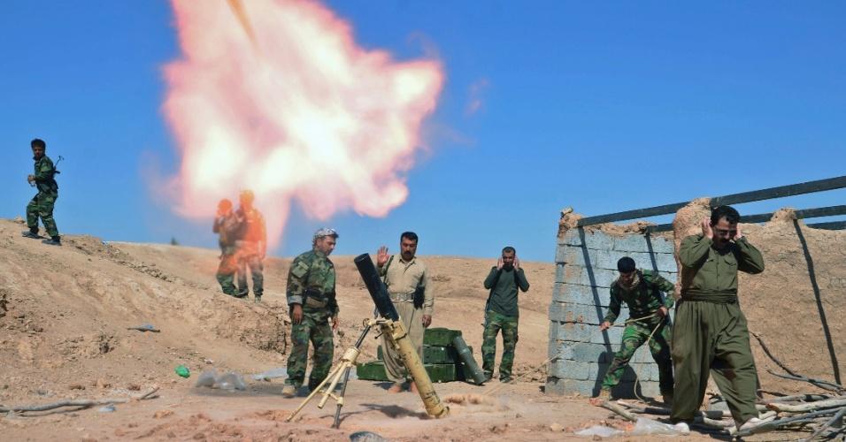 9.out.2014 - Combatentes curdos disparam um morteiro durante confrontos com militantes do Estado Islâmico (EI) na área de Al-Zerga, perto de Tikrit, no Iraque. As forças curdas, com o apoio de voluntários xiitas, lançaram uma operação para tentar expulsar os militantes do EI da região como parte de uma ofensiva com o objetivo de assumir o controle da cidade