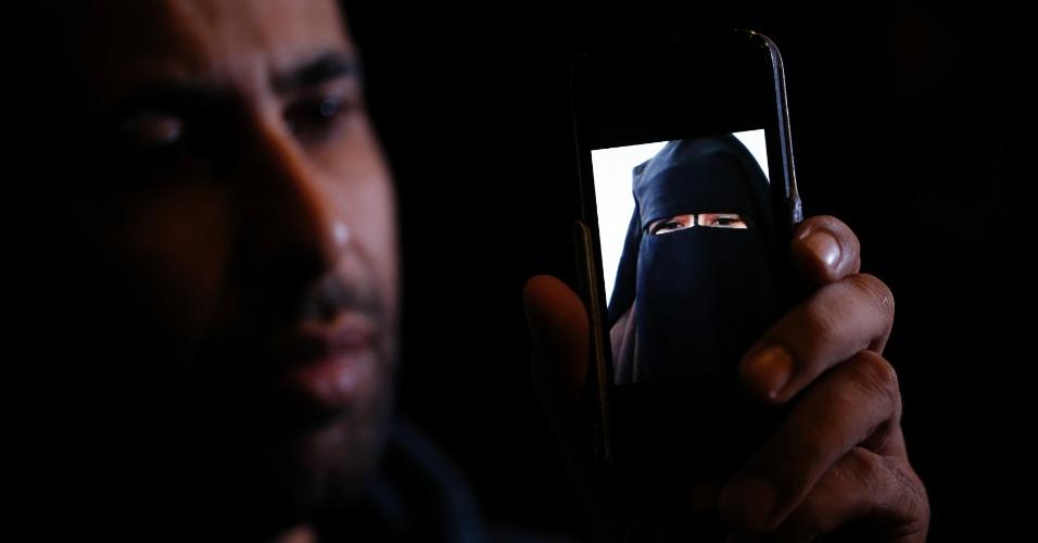 9.out.2014 - Foad exibe a foto de sua irmã, a jovem Nora, 15, que deixou a casa da família em Avignon, na França, para morar na Síria há nove meses. A presença de dezenas de garotas europeias vivendo com grupos extremistas como o Estado Islâmico na Síria é um aspecto do conflito que preocupa as autoridades na Europa