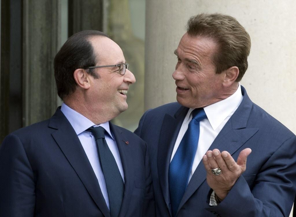10.out.2014 - Ator norte-americano e ex-governador da Califórnia, Arnold Schwarzenegger (à dir.), foi recebido pelo presidente frânces Fançois Hollande (à esq.) no Palácio do Eliseu, em Paris, na França, nesta sexta-feira (10), para discutir medidas sobre o meio ambiente e a proteção do planeta