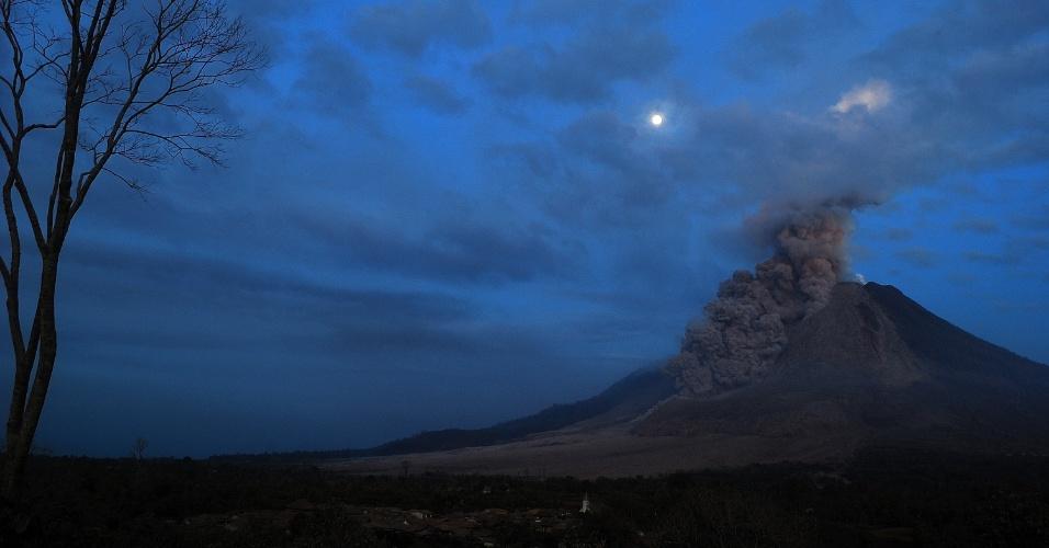 10.out.2014 - Monte Sinabung expele cinzas em foto de longa exposição tirada de Karo, na ilha de Sumatra, Indonésia. As autoridades indonésias disseram que o material expelido pelo vulcão atingiu um raio de 4,5 quilômetros em volta do monte, ameaçando aldeias povoadas. O vulcão entrou em erupção em agosto de 2010 pela primeira vez em 400 anos, e está ativo desde setembro. Ao menos 16 pessoas morreram em decorrência das erupções neste ano e mais de 25 mil tiveram que ser evacuadas