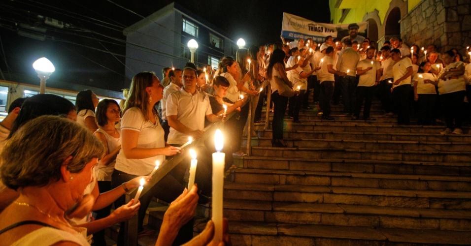 10.out.2014 - Parente e amigos do economista Thiago de Osti, assassinado durante assalto na frente da sua casa, na Vila Prudente, zona leste de São Paulo, no último dia 2, realizam ato após missa de sétimo dia. A manifestação foi intitulada de