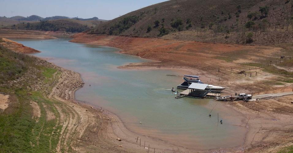 11.out.2014 - Represa Jaguari-Jacareí amanhece com pouca água em Jacareí (SP), interior de São Paulo, neste sábado (11). O nível do sistema Cantareira caiu para 5% de sua capacidade, 0,1 ponto porcentual abaixo do índice registrado na última sexta-feira (11) e alcançou novo recorde negativo. Os dados são divulgados diariamente pela Sabesp