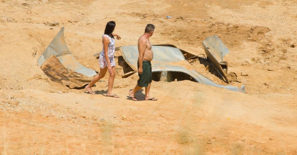 12.out.2014 - A seca que atinge a Represa Jaguarí, em São José dos Campos, faz aparecer diversas carcaças de carros. O nível do Sistema Cantareira caiu para 4,8% de sua capacidade neste domingo, 0,2 ponto porcentual abaixo do índice registrado ontem e novo recorde negativo