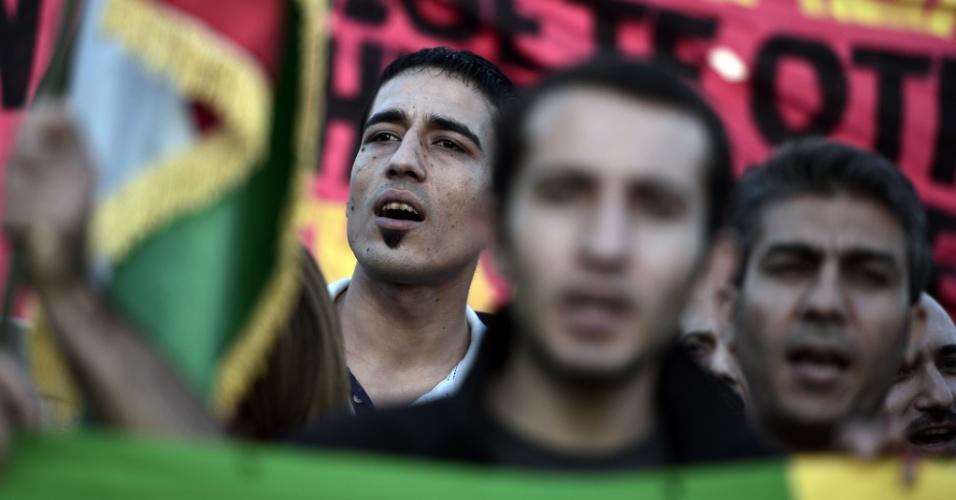 13.out.2014 - Curdos que vivem na Grécia participam de protesto contra os ataques lançados por militantes do Estado Islâmico que têm como alvo a cidade síria de Kobane e a falta de ação por parte do governo turco, no centro de Atenas, na Grécia, nesta segunda-feira (13)