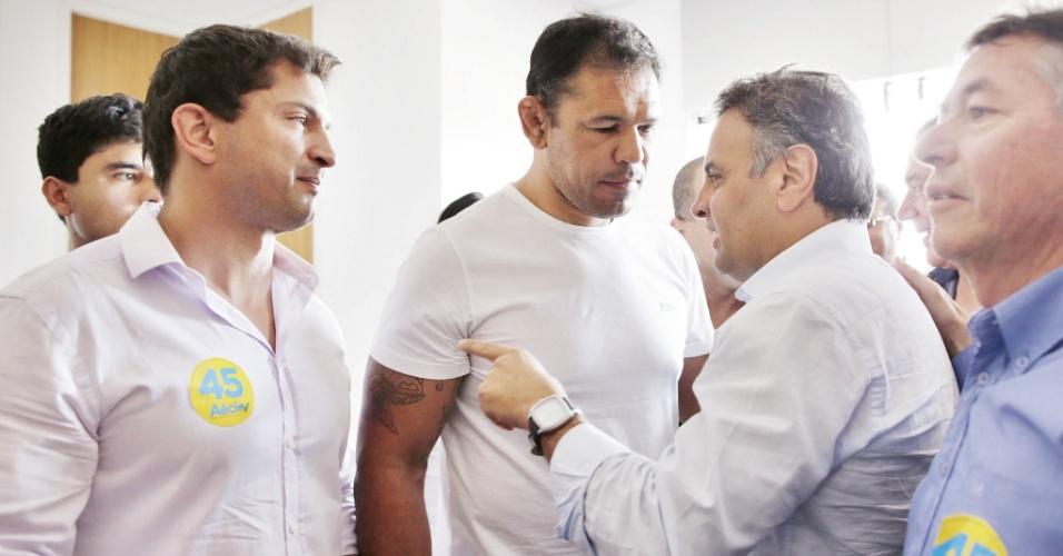 13.out.2014 - O lutador de MMA Rodrigo Nogueira, conhecido como Minotauro, marcou presença em um ato político do candidato à Presidência da República pelo PSDB, Aécio Neves, em Curitiba (PR)