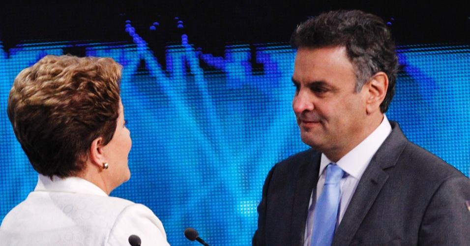 Eleições 2014, no Brasil 14out2014---a-presidente-dilma-rousseff-pt-conversa-com-o-adversario-aecio-neves-psdb-antes-do-inicio-do-debate-band-o-primeiro-do-segundo-turno-das-eleicoes-presidenciais-1413337133622_956x500