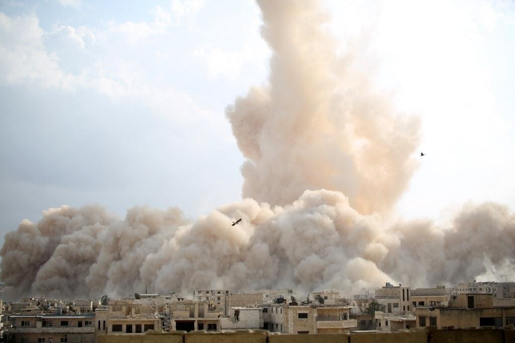 14.out.2014 - Explosão atinge um suposto posto militar do Exército sírio na parte sul da cidade de Maarat al-Numan, na Síria. A explosão teria sido causada por combatentes rebeldes pertencentes a Ahrar al-Sham, um grupo islâmico da Frente Islâmica