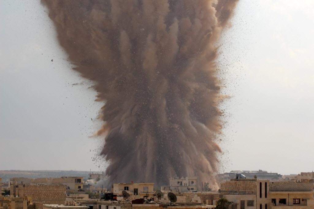 14.out.2014 - Explosão atinge a cidade de Maarat al-Numan, na Síria. O impacto teria sido provocado por um ataque de rebeldes da brigada Ahrar al-Sham contra um posto de controle do Exército sírio. Os rebeldes teriam cavado um túnel sob o posto e colocado explosivos dentro