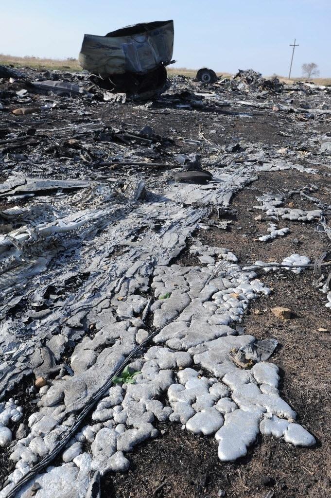15.out.2014 - Aço fundido solidificado aparece entre os destroços do voo MH17, da Malaysia Airlines, perto da aldeia de Rassipnoe, na Ucrânia, nesta quarta-feira (15). O voo foi abatido no 17 de julho de 2014, com 298 pessoas a bordo