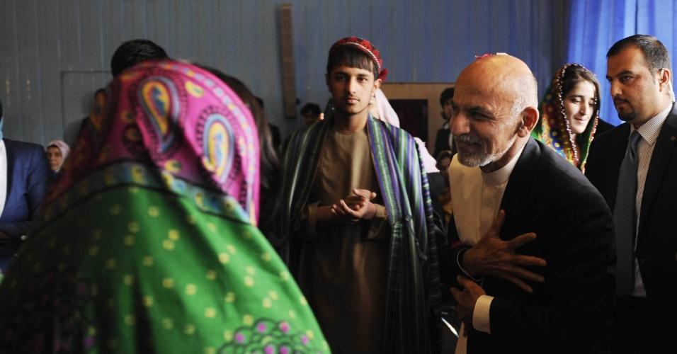 """15.out.2014 - Ashraf Ghani Ahmadzai, presidente do Afeganistão, participa de cerimônia para marcar o """"Dia Nacional do Professor"""" em uma escola em Cabul"""