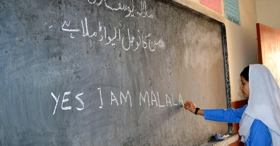 """15.out.2014 - Estudante de uma escola pública no sudoeste do Paquistão, em Quetta, escreve a frase """"Sim, eu sou Malala"""". O país saudou o Prêmio Nobel da Paz 2014 recebido pela adolescente Malala Yousafzai, paquistanesa que desafiou a proibição do Taliban de meninas estudarem"""
