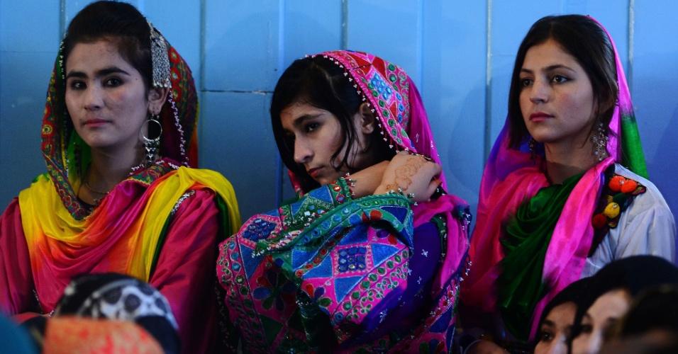 """15.out.2014 - Estudantes afegãs ouvem o Presidente Ashraf Ghani durante evento para marcar o """"Dia do Professor"""" na escola Amani High School, em Cabul. A taxa de alfabetização no Afeganistão é de aproximadamente 30% e 42% da população do país têm idade inferior a 14 anos. Segundo a Unicef, os meninos frequentam mais aulas em escolas primárias no país do que as meninas"""