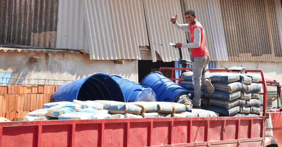 15.out.2014 - Funcionário de loja de materiais para construções acena de cima de caminhão no Jardim Campo Belo, em Campinas (SP), nesta quarta-feira (15). Devido à crise no abastecimento de água, a venda de caixas d?água aumentou em mais de 70% na região de Campinas