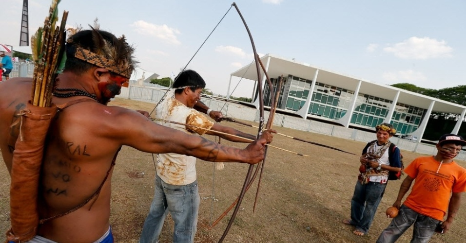 15.out.2014 - Índios brincam com arco e flecha em frente ao STF (Supremo Tribunal Federal), em Brasília, nesta quarta-feira (15). Eles montam acampamento em frente ao Supremo para pressionar o STF em relação a decisões sobre demarcação de terras indígenas