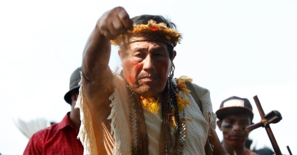 15.out.2014 - Índios da etnia guarani-kaiowá montam acampamento em frente à sede do STF (Supremo Tribunal Federal), em Brasília, nesta quarta-feira (15). O grupo de cerca de 30 indígenas de Mato Grosso do Sul pressiona o STF em relação a decisões sobre demarcação de terras indígenas