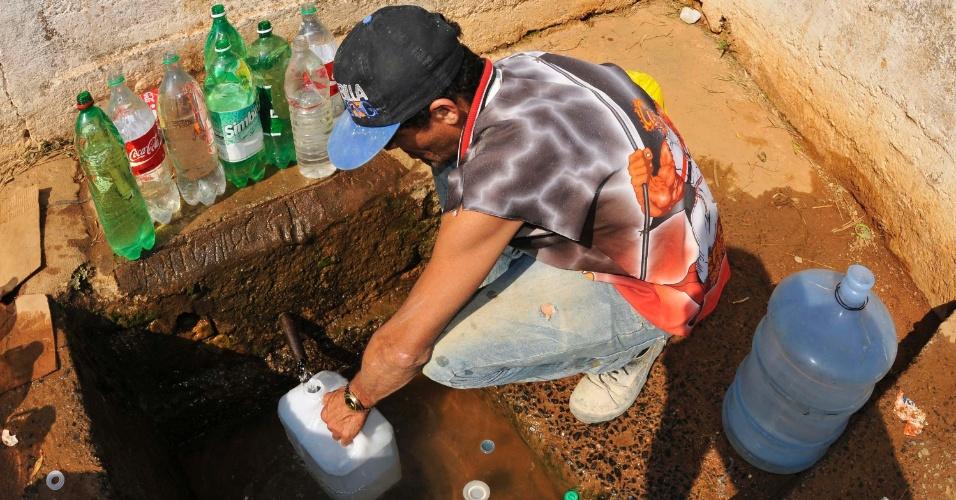 15.out.2014 - Moradores de Campinas (SP)  e região buscam água nesta quarta-feira (15), na fonte em Itupeva que fica às margens da rodovia Miguel Melhado Campos, que liga Vinhedo ao aeroporto de Viracopos