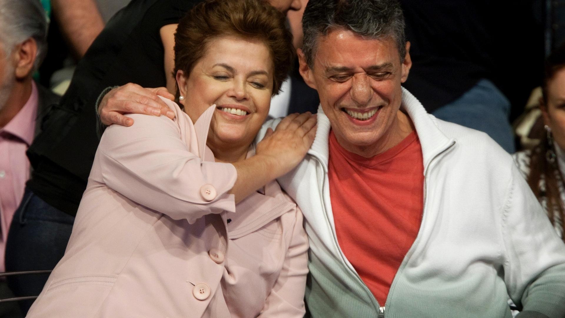 18.out.2010 - A candidata a Presidência da República Dilma Rousseff e vista ao lado do compositor Chico Buarque durante ato de apoio a sua candidatura pela classe artística, no teatro casa grande, no Leblon, zona sul do Rio, no segundo turno das eleições presidenciais 2010, em 18 de outubro 2010