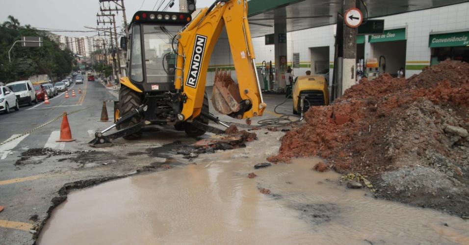 16.out.2014 - Escavadeira remove solo para reparo de vazamento de adutora na Vila Prudente, região leste de São Paulo, na tarde desta quinta-feira (16). A cidade passa por grave seca, e o governador Geraldo Alckmin anunciou novo bônus para quem economizar água