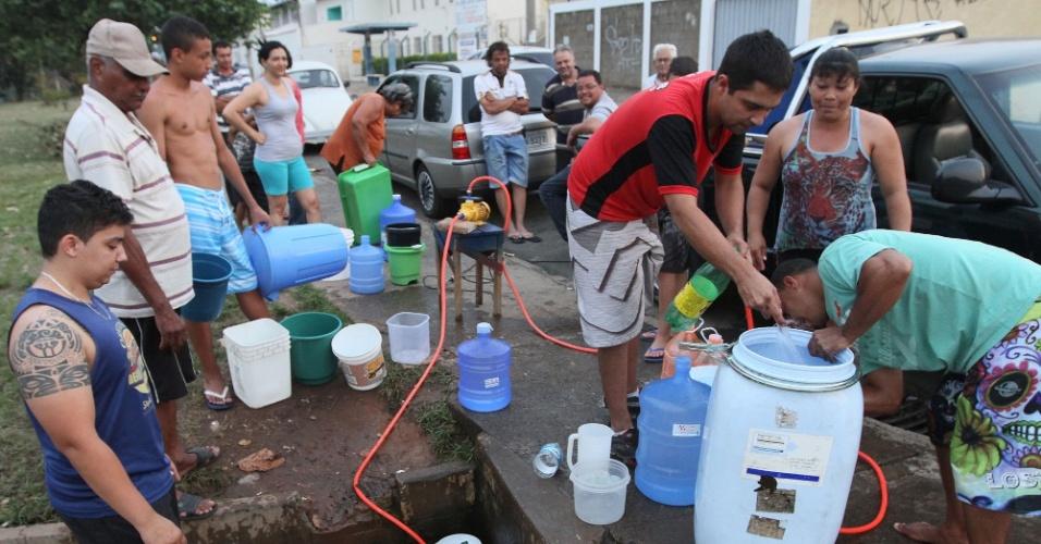 16.out.2014 - Moradores do Jardim Carlos Lourenço, em Campinas, improvisaram uma bomba nesta para agilizar a retirada de água de uma bica. Com a estiagem, vários bairros da cidade estão sem água