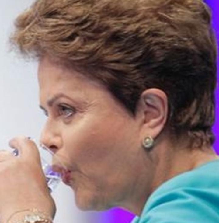 16.out.2014 - Os candidatos Dilma Rousseff (PT) e Aécio Neves (PSDB) bebem água durante intervalo do debate entre presidenciáveis promovido pelo UOL, SBT e Jovem Pan em São Paulo, nesta quinta-feira (16)