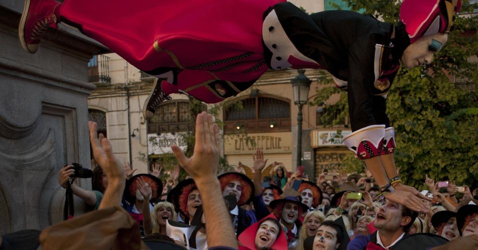 """16.out.2014 - Estudante vestida como a personagem Rainha de Copas """"voa"""" durante trote da Faculdade de Medicina da Universidade de Granada, na Espanha. O evento deste ano tinha como tema as histórias de """"Alice no País das Maravilhas"""""""