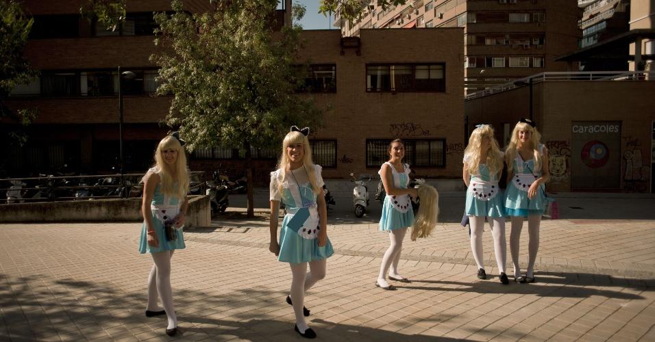 """16.out.2014 - Estudantes de medicina da Universidade de Granada, na Espanha, se vestem como a personagem principal de """"Alice no País das Maravilhas"""" durante trote realizado nesta quinta-feira (16)"""