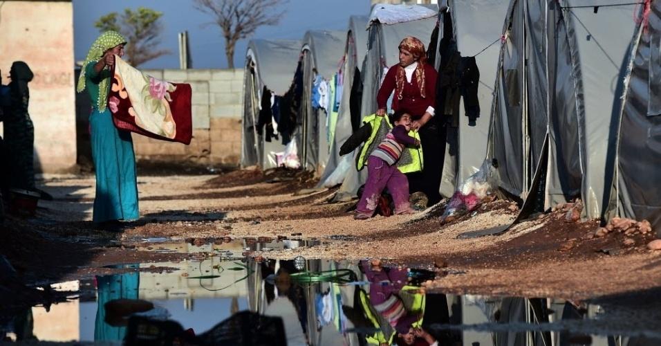 17.out.2014 - Curdos de nacionalidade síria caminham entre tendas de campo de refugiados na cidade turca de Suruc, próximo à fronteira da Turquia com a Síria. Milhares de pessoas deixaram a cidade curda de Kobane, na Síria, após cerco promovido por milicianos do Estado Islâmico